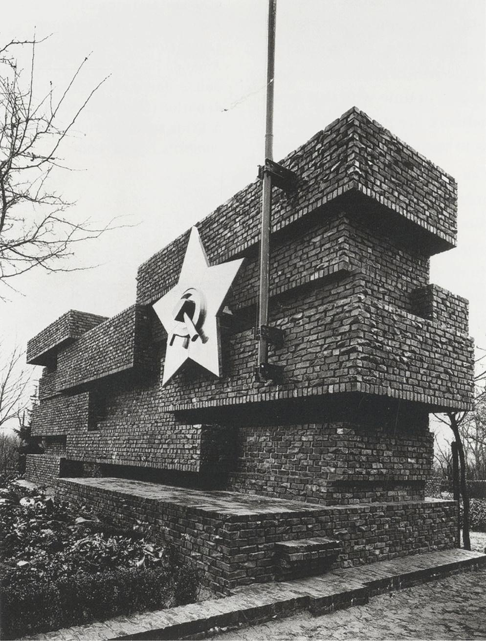 Susanne Priebs Menage à trois Ludwig Mies van der Rohe, Revolutionsdenkmal 1926